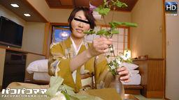 生け花を嗜む女